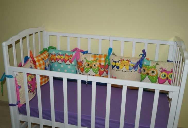 Обзор бортиков для детской кроватки: как выбрать защиту правильно и рейтинг лучших по параметрам бортиков (120 фото)